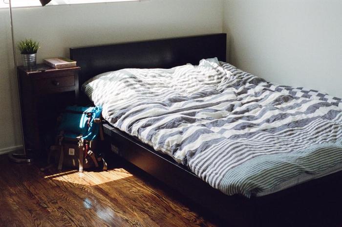 思い切ってローベッドや布団にしてしまうという方法も。天井が高くなり、空間が広々と感じられるので、気持ちよく眠れます。