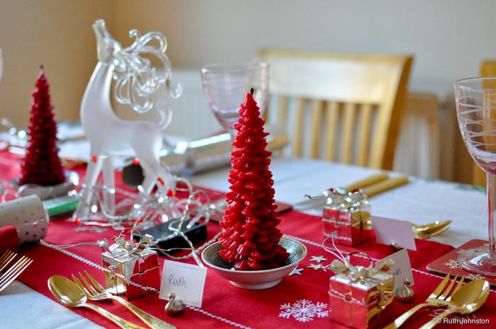 キャンドルとテーブルランナーをワントーンで仕上げたお洒落なアイディア。  ゴールドで統一したカトラリーが素敵です。