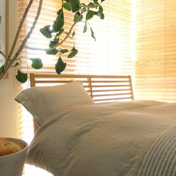 温かみのあるベージュやブラウンの寝具は、秋冬の寝室にぴったり。ゆったりとした気分で熟睡できそう。