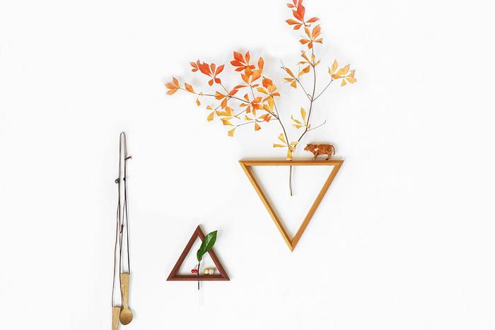 トライアングルの花器は、ちょっぴりかわいくてユーモアのあるアイテムです。いつも見慣れたグリーンも器を変えることで、また新鮮に映りますね。