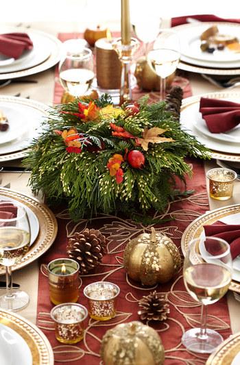 テーブルランナーのデザインと小物のゴールドカラーの統一感が秀逸なテーブルセッティングです。