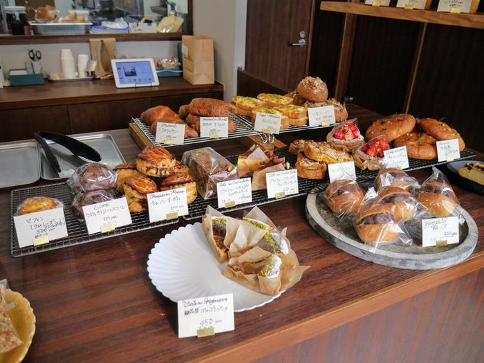 店内にはジェラートの他にも焼き菓子やパンなどもあり、朝9時からオープンしてるとあって、近所の方が朝食を食べるために利用することも。  店内にもイートインスペースがありますが、お店の前にもテーブルとイスが置かれており、外で食べるのも気持ちがよさそうです。