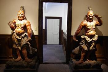 和洋折衷なこの異人館、館内には仏像も展示されています。こちらは奈良の東大寺・南大門でおなじみの仁王像。