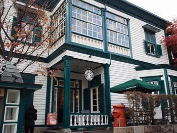 北野の街は、異人館が公開されているだけでなく、街自体がクラシカルな西欧の空気を醸し出しています。 こちらはスターバックスの北野の店舗。1907年(明治40年)に建てられたものが利用されています。いつものコーヒーショップも見違えた姿で登場するのが神戸・北野なんですね。