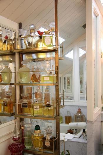 バスルーム。シャネルのものを初め、見たことがないような大きな香水のビンがたくさん並べられています。