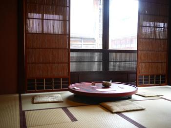1階には小物など、お土産にもぴったりな品が並べられています。喫茶スペースは、2階。おちついた和室でゆっくりお茶をいただけます。