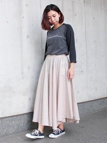 カジュアル派さんはスニーカーから「ネイビー小物」を取り入れてみるのも◎ 定番スニーカーなら、トレンドに関係なく長く愛用できそうですね。今年らしくふんわりスカートと合わせるとさらにトレンド感が出ますよ。