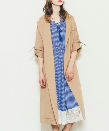 トレンチコートは、シャツスタイルなどのカチッとした通勤着や、デニムなどのカジュアルスタイル、そしてドレッシーでフェミニンな服まで何でも合わせやすい万能コートなんです。