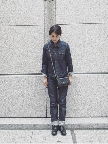 上下デニムの上級者コーデ。メンズライクな印象ですが、小ぶりなバッグを合わせて女性らしさをプラスした好バランスのコーデです。