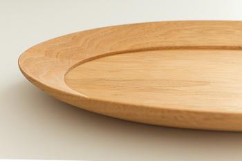 シンプルなクルミのお皿は、洋食のワンプレートとしてだけでなく、豆皿などを乗せて和食にも利用できます。手仕事が光る美しいラインは、高級感と存在感がありますね。ちょっとしたモーニングやランチも、上品にいただけそうです。