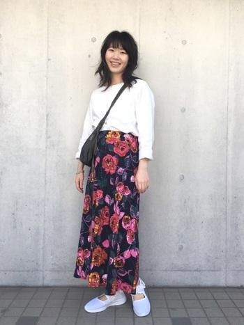 花柄スカートは古着風の派手めのカラーがおすすめ。シンプルなアイテムに合わせたメリハリコーデがおしゃれです。