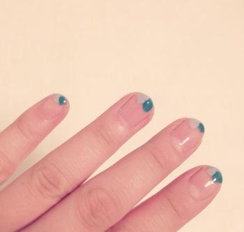 ラフな塗り方でもOK!淡い色味の2色を爪先に塗っただけで、個性的なネイルの完成です。