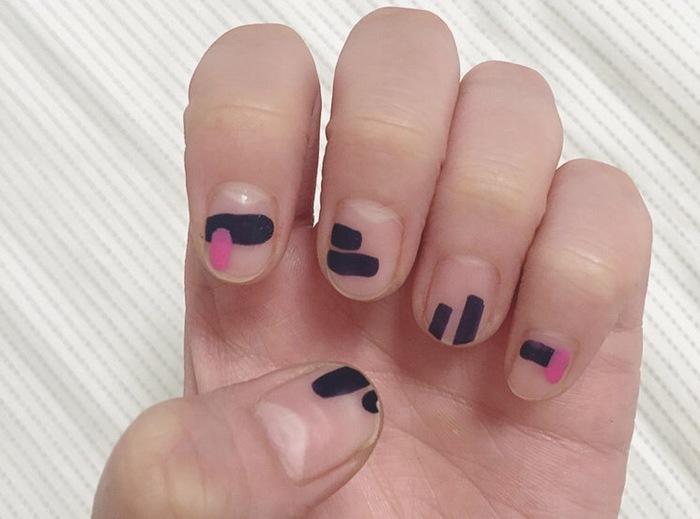 暗い印象になりそうな黒ネイルも、マットにすればおしゃれな雰囲気に。ところどころにビビットなピンクをプラスすれば可愛らしい印象になりますよ。