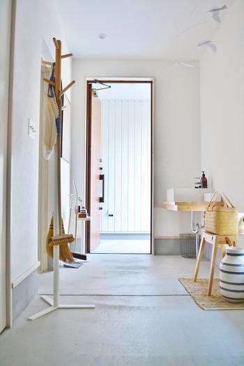 お部屋の空気を入れ替えてあげることで、ホコリの発生は軽減。こまめに換気をしてあげるようにしましょう。換気扇を回したり、空気清浄機を使ったりするのも効果的です。