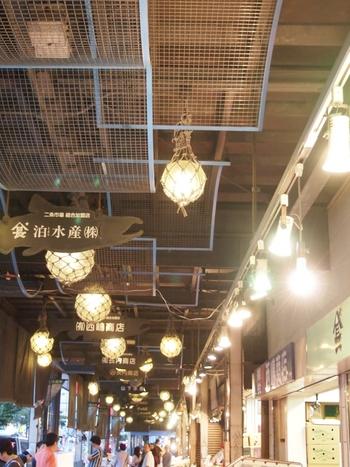 新鮮な海産物が購入できるだけでなく、寿司店をはじめ飲食店も集まり、活気あふれる『二条市場』も創成川沿いに。