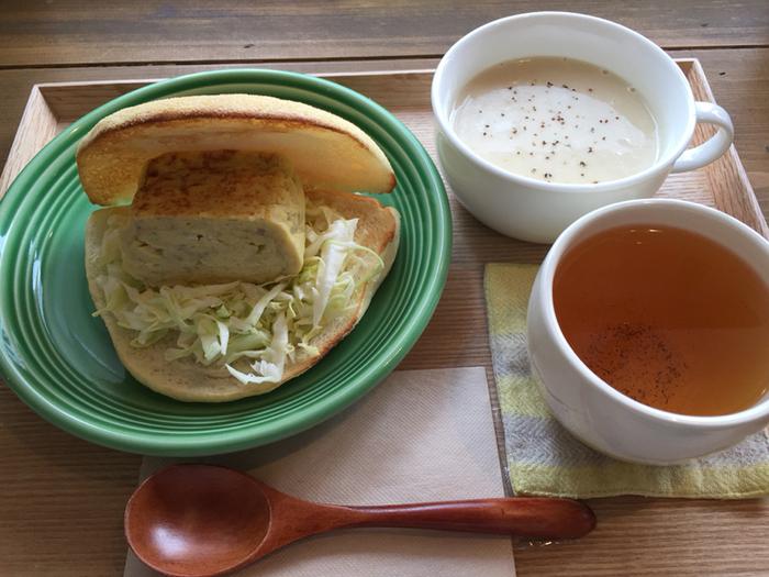 定番のだし巻き玉子が入ったサンドイッチ。米粉のもちもちパンにはさまれています。おだしのきいた玉子とパンが意外に相性よし。具だくさんのスープと一緒にいただけば、栄養満点!
