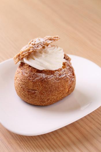 店内には『べんべや』のスイーツやパンが。そのまま店内でいただくことも、テイクアウトすることも可能です。  写真は、北欧の伝統菓子「セムラ」をべんべや流にアレンジした人気のシュークリーム、「シューセムラ」。