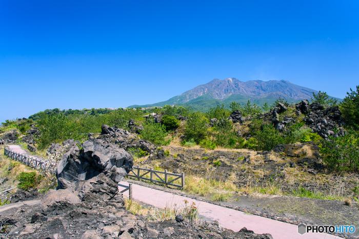 100年の時を感じる、鹿児島市内の桜島港から徒歩約10分の場所にある「溶岩なぎさ遊歩道」。大正溶岩地帯の海岸一角~烏島展望所まで、溶岩原の上に作られた約3kmの美しい溶岩遊歩道を、桜島を眺めながらゆっくり散策することができます。