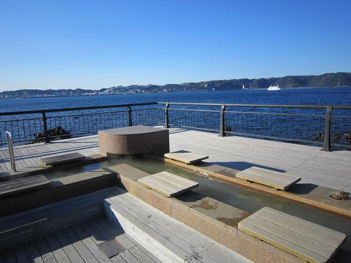 遊歩道の近くには日本最大級の足湯温泉があるんです♪その全長は、なんと全長約100m!散策に疲れたら桜島をバックに、海を目の前にした天然温泉にゆったり入りたいですね。
