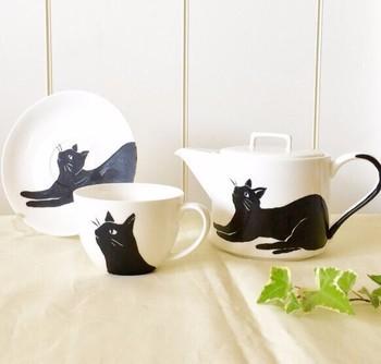 ■りるりる 黒ねこポット  猫好きの人におすすめしたい♪ハンドメイド作家さんの「黒ねこポット」。取っ手の部分がくるんとしっぽになっています。名前や誕生日を入れることもできるのだそう。
