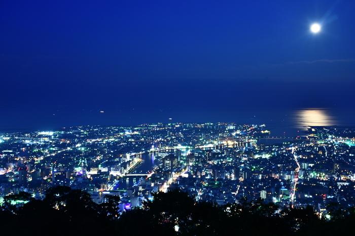 山頂は眉山公園として整備され、晴れた日には、阿讃山脈、瀬戸内海、紀州の山々を望むことができます。夜は煌めく四国一の夜景と月の海を目の前に、おさんぽデートもいいかもしれませんね♪