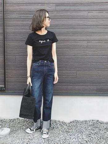 白と2枚買いする方も多い黒Tシャツ。メンズライクなデニムに合わせても上品なコーデに仕上げてくれます。