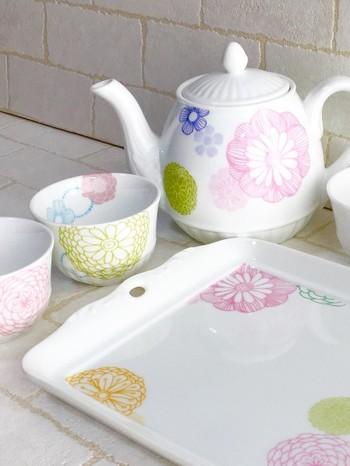 ■パティオローズ ダリア茶器セット  こちらもダリアの柄がかわいいハンドメイドのティーポット。ブルー×ピンク×グリーンの優しい色合いが素敵ですね。