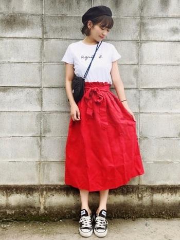 定番のロゴTシャツも大人気。目を引く赤のスカートにシンプルなシャツが映えます。ジャストサイズを選んでぴったりめに着るのがポイント。