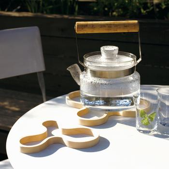 ■majamoo(マヤムー) 白樺ポットスタンド  フィンランドの白樺が原材料のスタンドは、ナチュラルな風合いの白木なのでどんなポットとも相性抜群です。耐熱温度は100度まで。アツアツのポットでも安心です。