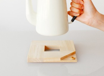 ■lore market KEI 京指物(ポットスタンド)鍋敷き  日本製の桐材で作られたポットスタンドは、シンプルで美しいデザイン。使うほどに味が出てきそうですね。
