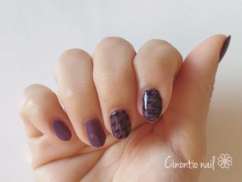 秋らしいモーブに黒の千鳥格子で大人っぽいネイルに。同じ柄でもカラーが違えば印象もかなり異なります。