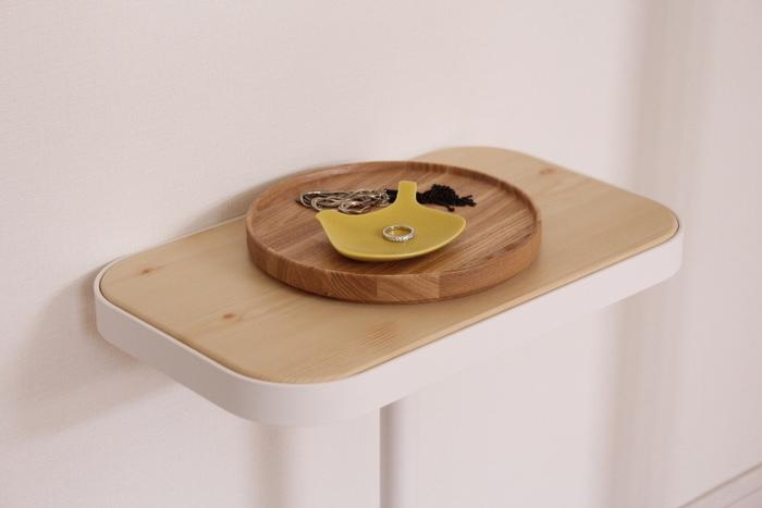 木製プレートの上にtoriプレートを重ねたら、目を惹くワンコーナーが出来上がりました。アクセサリーを分類するのにも便利ですね。