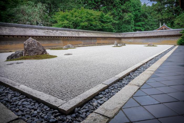大小15個の石と白砂で構成さた、幅25m・奥行10mの75坪ほどの方丈庭園です。 1975(昭和50)年、イギリスのエリザベス女王の来訪をきっかけに、石庭の美しさが海外からも注目を集めるようになりました。