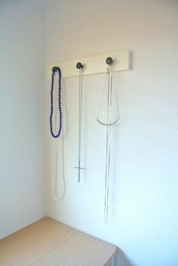 IKEAの三連フックにはロングネックレスをかけて。長めのネックレスをうまく収納するのは難しいものですが、高めの位置にフックをつけるだけでこんなに使いやすい収納が完成しました。