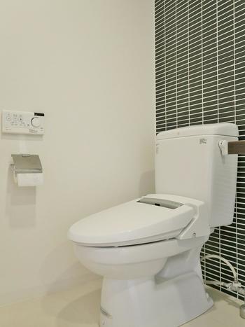 朝、出かける前にトイレに入ったら、そのついでに掃除もしてしまいましょう!床や便器まで、となると時間がかかってしまいますが、便座を拭くだけなら1分で終わるはず。 掃除のためにわざわざトイレまで足を運ぶのではなく、トイレに入ったついでに行うのが、継続しやすいポイント。