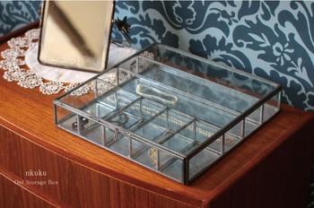 スチールフレームのガラスケースは、仕切りもガラスになっているので、横から見ても入っているものが美しく見えます。仕切りの大きさが異なるので、小さなピアスからロングネックレスまでいろいろなものが収納できます。