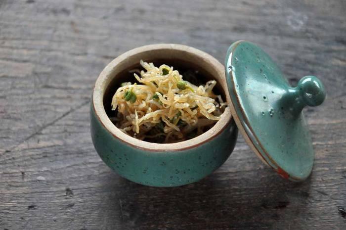 京都みやげとしておなじみ。最近では京都以外の場所でも手に入ることが増えました。ちりめんじゃこを甘辛く炊き上げ、山椒を加えた『ちりめん山椒』。山椒のピリリとした辛さが食欲を刺激します。甘さや汁気の残り具合など、自分好みのバランスを見つけてください。