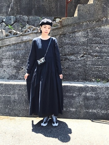 黒のマキシワンピと黒のベレー帽という組み合わせに、あえてゴツめのスニーカーを合わせたコーディネートです。シックなのに遊び心がありますね。