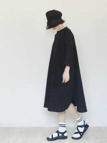 黒でも軽やかに着られるリネンワンピース。足元はソックスとスポーツサンダルで軽快に。