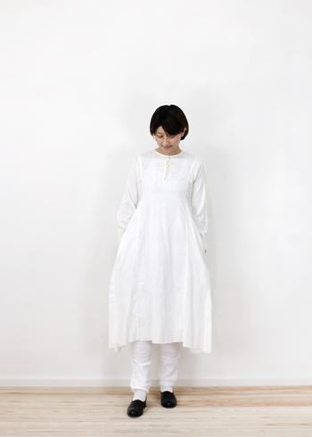 フレアな袖や、ふんわりとしたシルエットが女性らしい印象のワンピースです。白のレギンスやパンツを合わせると、ワンピース一枚とはまた違った着こなし方ができます。