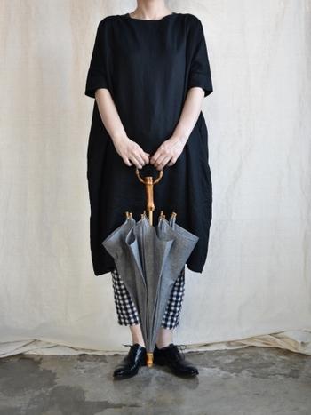 すとんとしたシルエットの黒ワンピースは、普段着にも着やすいデザインです。チェックのパンツを合わせれば、重たすぎない黒ワンピコーデの完成です。