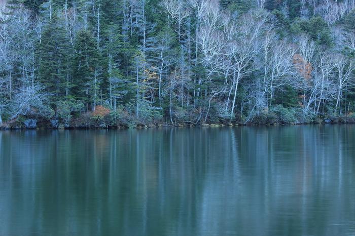 特別天然記念物マリモが生息する美しい湖・阿寒湖は晩秋ともなるとこの景色に。遊覧船で一蹴するには1時間かかるという広大な湖です。