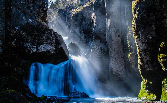 しぶきが舞い散る壮麗な紅葉滝(もみじたき)は迫力満点。これだけ自然が多いところなので、キツネやエゾシカなどの動物も多く生息しています。もちろん、ヒグマなどの動物も…実際に訪れる際は対策をお忘れなく。