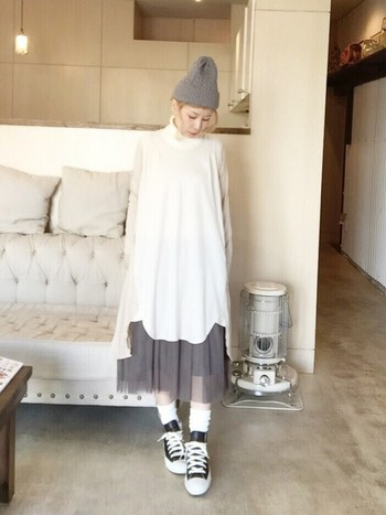 白のワンピースの裾から、チュールスカートをのぞかせたコーディネートです。ニット帽と色味を合わせているので、すっきりとスタイル良く見えます。