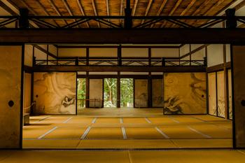 石庭は、こちらの「方丈」から眺めます。1606年に織田信長の弟・信包(のぶかね)が西源院の方丈として建てたものを江戸時代に移築。 1953(昭和28)年から皐月鶴翁(さつきかくおう)が5年の歳月をかけて描いた、龍や北朝鮮にある金剛山の襖絵は、見ごたえがあり撮影も可能です。