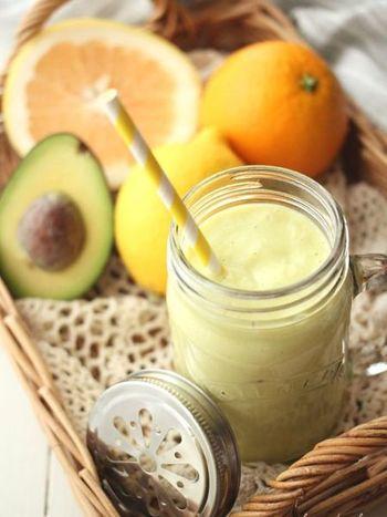 アボカドとグレープフルーツ、オレンジ、レモンなどの柑橘類を混ぜた美肌効果も満点のヨーグルトスムージー。色合いもとってもきれいですね。
