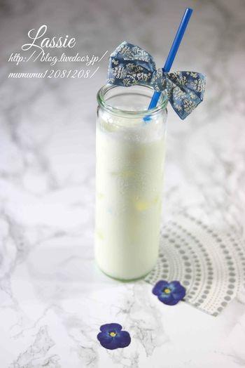 基本のヨーグルトドリンクと言えばラッシー。無糖ヨーグルトに牛乳 、砂糖、レモン汁 を合わせれば出来上がりです。