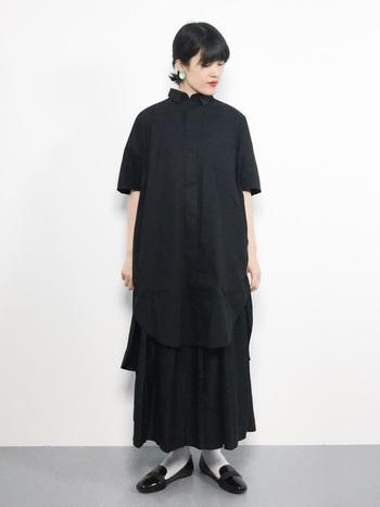黒のワンピースに黒のスカートを合わせたオールブラックコーデです。真夏のオールブラックは暑い感じがしますが、少し涼しくなってきた季節ならOK!