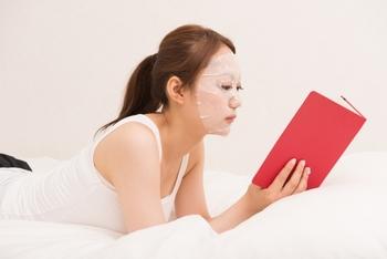 肌に潤いを与えてくれるフェイスパックは長く顔に乗せていると、逆に肌の水分がとられてしまうことも。パッケージなどに書かれている時間内で乾く前にはずして、せっかく潤った肌は乳液やクリームですぐにカバーしてあげましょう。