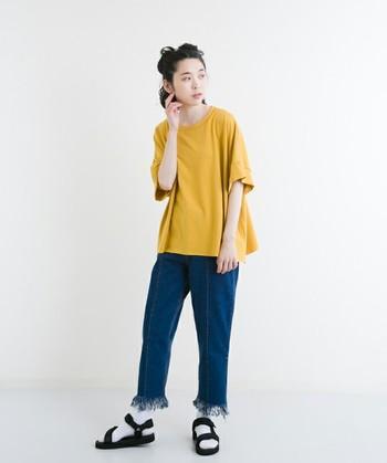 デニムのワイドパンツに、マスタードカラーのゆったりTシャツを合わせたスタイル。デニムも足元にアクセントがあるデザインで、シンプル過ぎない秋コーデの完成です。